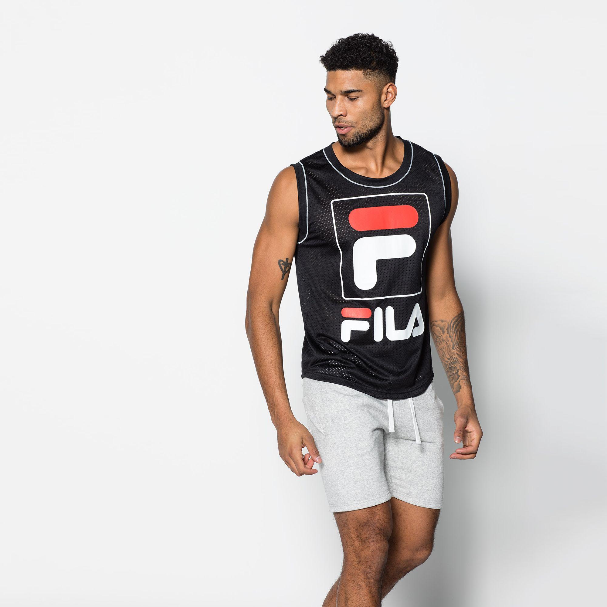 Artikel klicken und genauer betrachten! - Ärmeloses Shirt mit Rundhalsausschnitt Großes FILA Logo auf der Front Herren schwarz Rundhalsausschnitt lässiger Schnitt 100% Polyester | im Online Shop kaufen